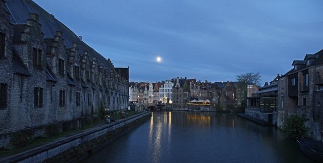 Mond über Kanal